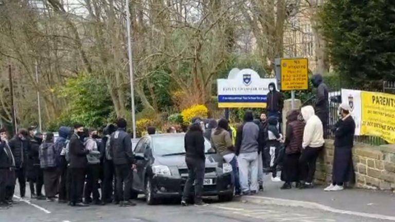 اعتراض والدین در بیرون مدرسه گرامر باتلی