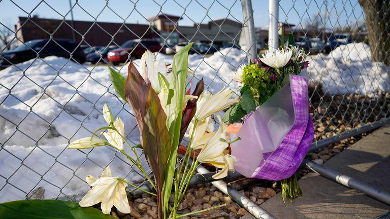 یک یادبود کوچک در امتداد یک حصار موقت که در اطراف پارکینگ خارج از یک فروشگاه مواد غذایی King Soopers واقع شده است ، جایی که یک تیراندازی گسترده در سه شنبه ، 23 مارس 2021 ، در بولدر ، کولو رخ داد. (عکس AP / دیوید زالوبوفسکی) ..... ........