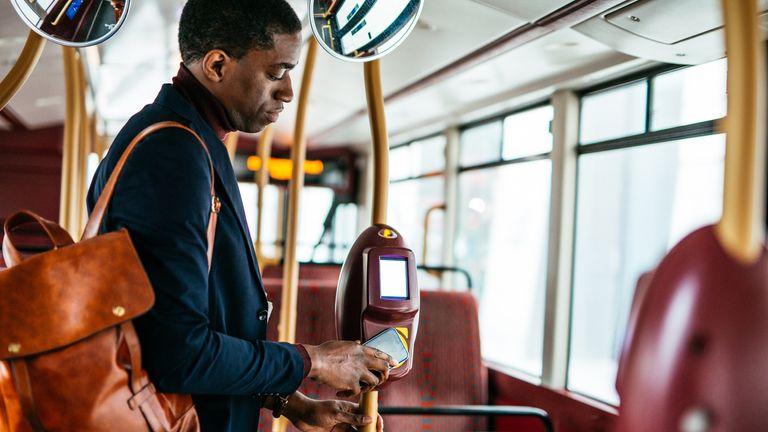 پرتره یک تاجر هوشمند آفریقایی-آمریکایی ، در حال حرکت ، با استفاده از حمل و نقل عمومی هنگام رفتن به محل کار.