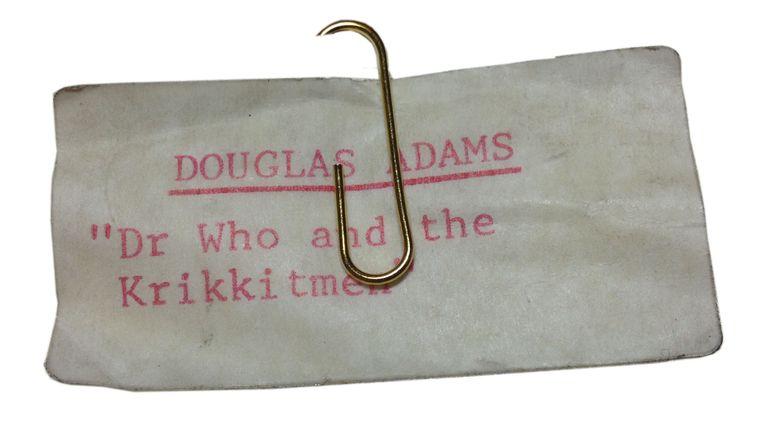عکس جزوه بدون تاریخ صادر شده توسط کالج سنت جان ، کمبریج از یک دکتر هو و برچسب کریکیمن.  آدامز & # 39؛  سرخوردگی از مشهورترین آثار او - راهنمای Hitchhiker برای کهکشان - در بایگانی وی فاش شده است.  کتابی با عنوان 42: ایده های وحشیانه غیرممکن داگلاس آدامز ، حدود 20 سال پس از مرگ وی در حال چاپ است که شامل دفترها ، نامه ها ، متن ها ، جوک ها ، سخنرانی ها ، لیست کارها و شعرهای او از بایگانی وی است.  تاریخ صدور: دوشنبه 22 مارس 2021.