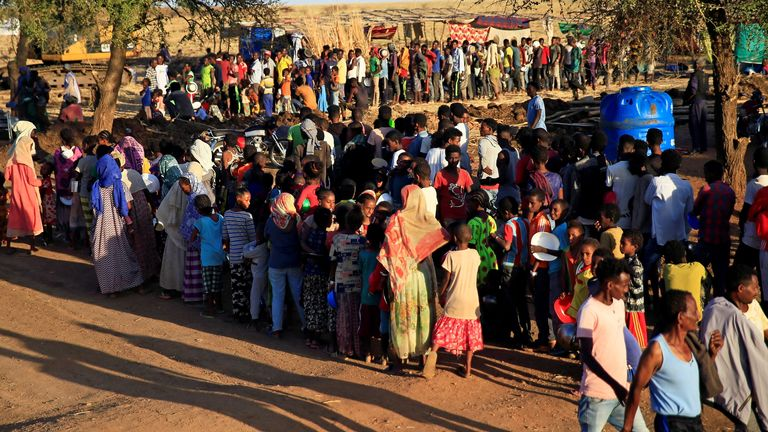 Pengungsi Ethiopia yang melarikan diri dari wilayah Tigray, berkumpul untuk menerima bantuan makanan di dalam kamp Um-Rakoba di negara bagian Al-Qadarif, di perbatasan, di Sudan