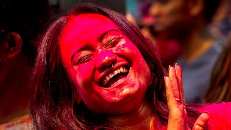 مردم از جشن های جشنواره هولی در گواهتی ، هند لذت بردند.  عکس: AP