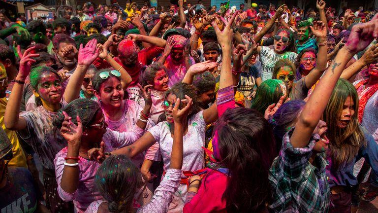 در Gauhati ، هند ، در خیابان ها می رقصید.  عکس: AP
