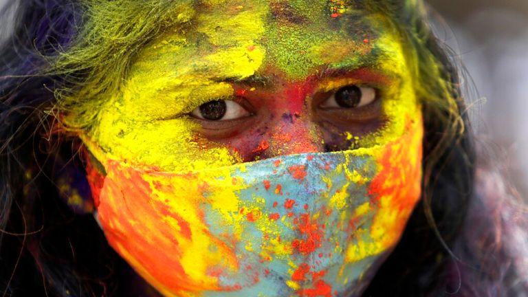 یک زن هندی در جریان رویدادهای جشنواره هولی در بمبئی است.  عکس: AP