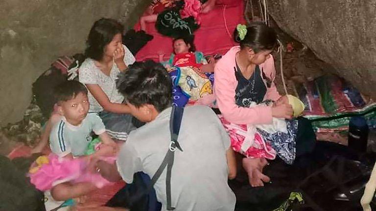 روستاییان به دلیل حملات هوایی در ده بو نو در ایالت کارن در فضای باز پناه می گیرند.  عکس: بنجل رنجرز از طریق AP