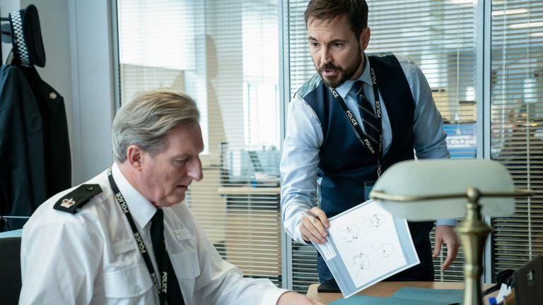 سرپرست تد هاستینگز (آدریان دانبار) ، DS استیو آرنوت (مارتین کامپستون) در سری شش Line Of Duty.  عکس: بی بی سی / تولیدات جهانی / استفان هیل