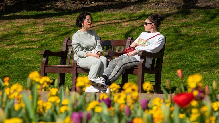 دو زن از خورشید در مرکز لندن لذت می برند