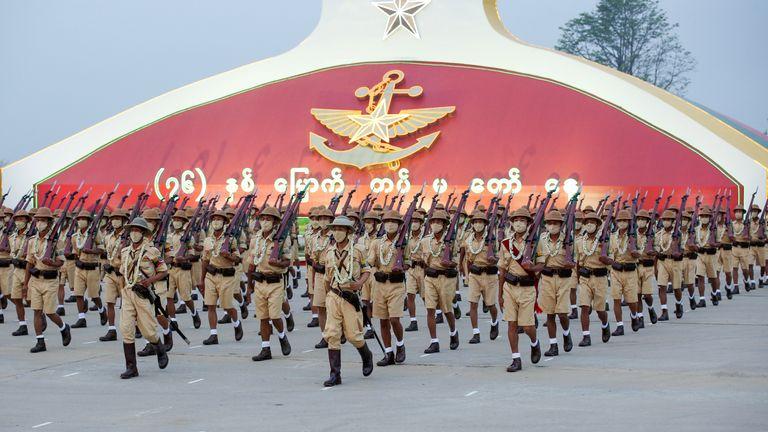 پرسنل نظامی در رژه روز نیروهای مسلح در نایپیتاوا ، میانمار ، 27 مارس 2021 شرکت می کنند. REUTERS / Stringer