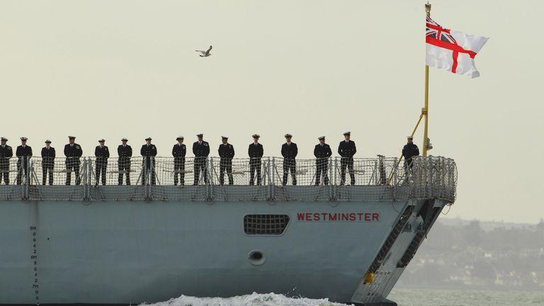 اعضای خدمه ناوگان نوع 23 نیروی دریایی سلطنتی HMS Westminster ، در حالی که برای تأمین امنیت در خاورمیانه از بندر پورتسموث حرکت می کند ، در عرشه حرکت می کنند.
