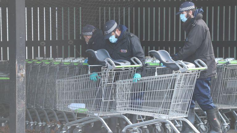پلیس در یک تعاونی در ساندویچ ، کنت ، کالسکه ها را بررسی می کند