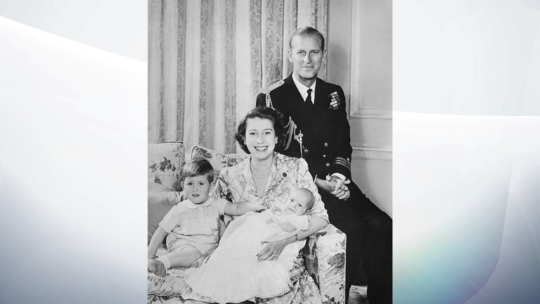 پرنسس الیزابت و پرنس فیلیپ ، دوک ادینبورگ در حالی که در بالکن کاخ باکینگهام در لندن در تاریخ 20 نوامبر سال 1947 ، روز عروسی خود ، به سمت جمعیت موج می زنند ، یک عکس جذاب ایجاد می کنند.  (عکس AP)
