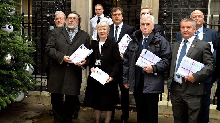 ریکی تاملینسون (سمت چپ دوم) با مبارزان تلاش می كنند كه محكومیت 40 ساله علیه 24 نفر را تحویل دهند كه دادخواست 100000 امضا را به دولت در خیابان 10 داونینگ تحویل می دهند