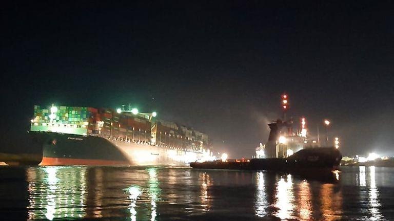 تصاویر نشان می دهد کشتی غول پیکر کانتینری پس از آن که سرانجام به اندازه کافی برای عبور سایر شناورها از جای خود خارج شد.  عکس: اداره کانال سوئز