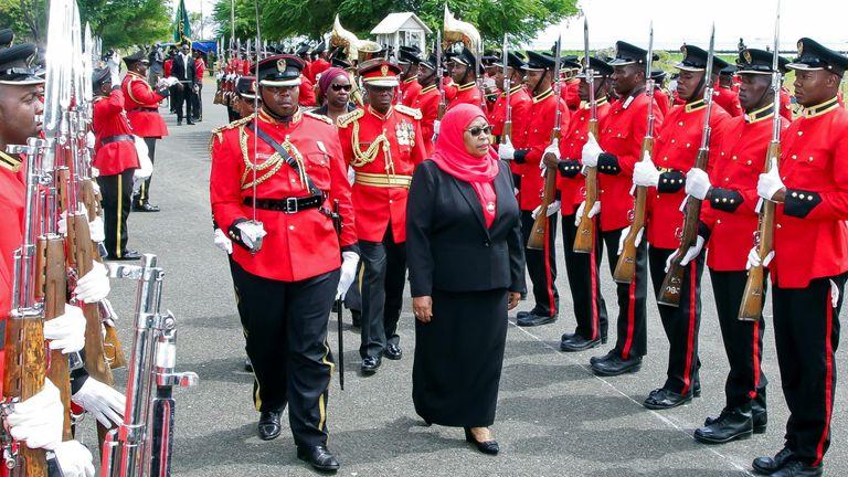 رئیس جمهور جدید تانزانیا ، سامیا سولوهو حسن ، پس از سوگند یاد ، یک نگهبان افتخار را بازرسی می کند