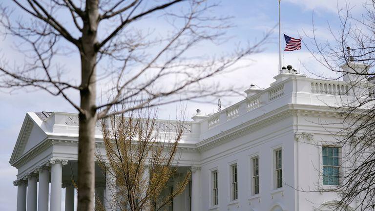یک پرچم آمریکا در نیمه میله های بالای کاخ سفید در واشنگتن ، سه شنبه 23 مارس 2021 به اهتزاز در می آید. (عکس AP / پاتریک سمنسکی)