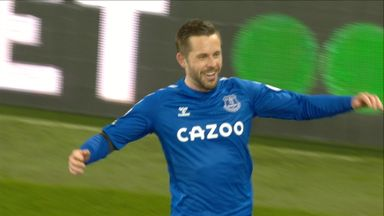 Sigurdsson's silky strike gives Everton lead (62)
