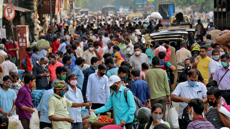 People shop at a crowded marketplace amidst the spread of the coronavirus disease (COVID-19) in Mumbai, India, April 21, 2021. REUTERS/Niharika Kulkarni