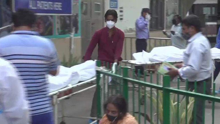 كوفيد -19: أطباء هنود يجبرون على التسول للحصول على الأكسجين بينما تنقبض المستشفيات تحت ارتفاع قياسي في فيروس كورونا | اخبار العالم