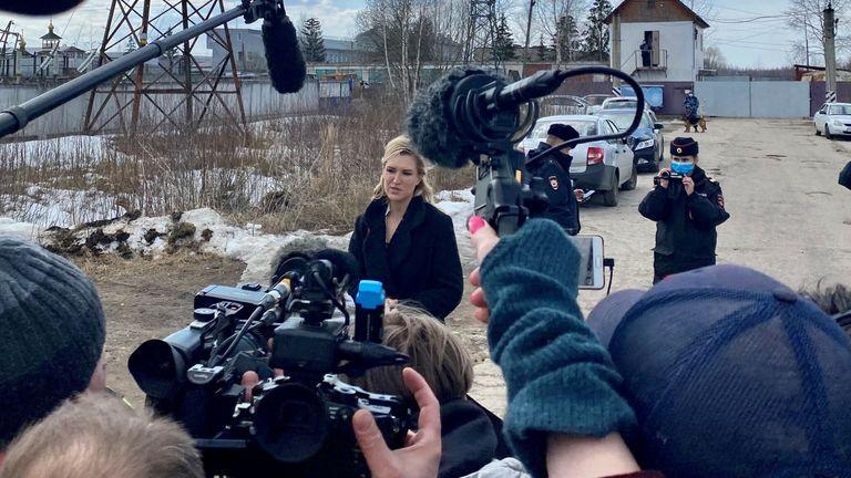 Anastasia Vasilieva spricht mit einer Gruppe von Journalisten