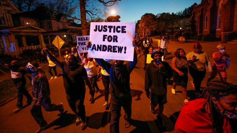 افرادی که به دنبال مرگ اندرو براون جونیور در الیزابت سیتی ، کارولینای شمالی در یک راهپیمایی اعتراضی شرکت کردند