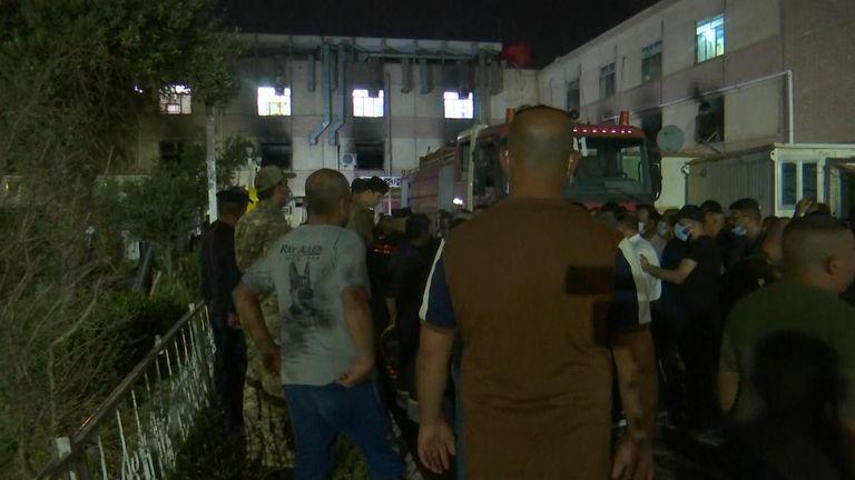 لقي ما لا يقل عن 27 شخصا مصرعهم في حريق بأحد مستشفيات بغداد كان يعالج مرضى كوفيد -19.  الموافقة المسبقة عن علم: AP