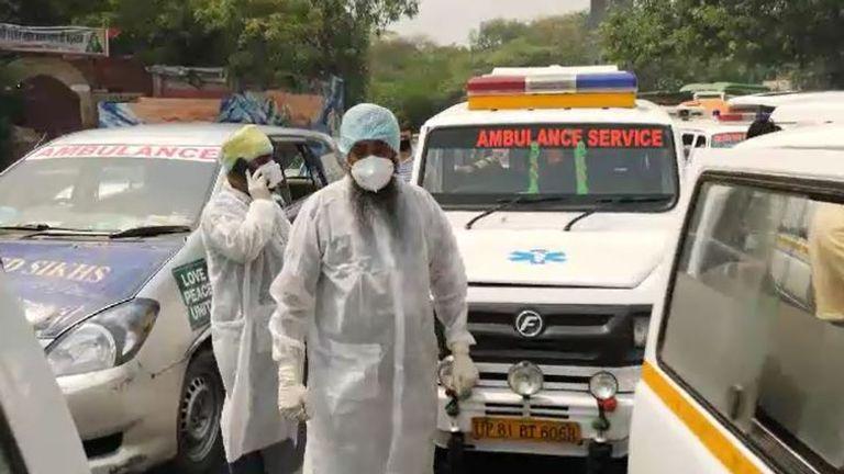 Ambulans yang membawa mayat berbaris di luar krematorium