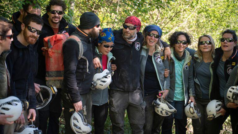 أعضاء الفريق الفرنسي الذي شارك في & # 39 ؛ Deep Time & # 39 ؛  الدراسة بعد الخروج من كهف لومبريفز.  الموافقة المسبقة عن علم: AP