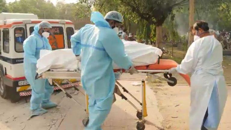 یک آمبولانس پنج جسد را به محل آورده است
