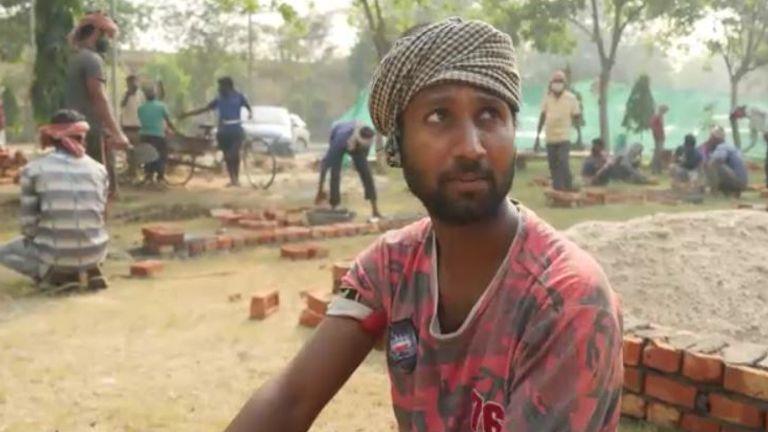 یکی از کارگران در محل می گوید که آنها روزانه حداقل 250 تا 300 جسد را می آورند