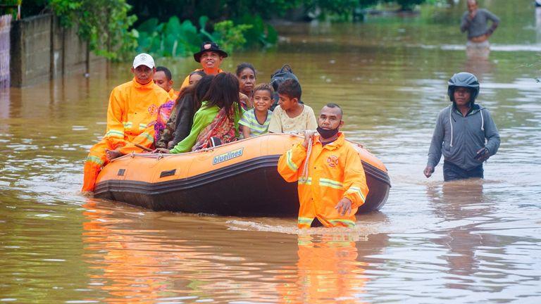 نیروهای امدادی مردم را از طریق آب گرفتگی در دیلی ، تیمور شرقی هدایت می کنند