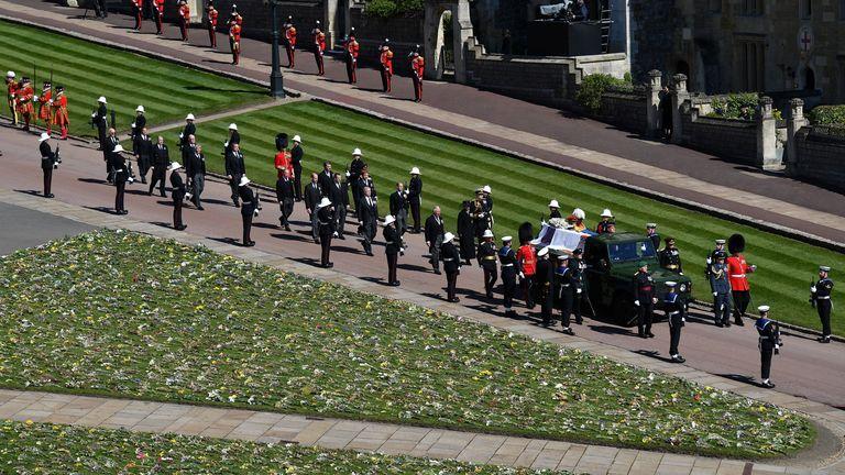 مراسم تشییع جنازه شاهزاده فیلیپ بریتانیا در ویندزور اعضای خانواده سلطنتی در حین تشییع جنازه شاهزاده فیلیپ بریتانیا ، همسر ملکه الیزابت ، شاهزاده فیلیپ انگلیس ، در پشت قلعه ، یک لندرور که به طور ویژه اصلاح شده است ، در محوطه قلعه ویندزور قدم می زنند. در سن 99 سالگی ، در ویندزور ، انگلیس ، 17 آوریل 2021 درگذشت. جاستین تالیس / استخر از طریق REUTERS