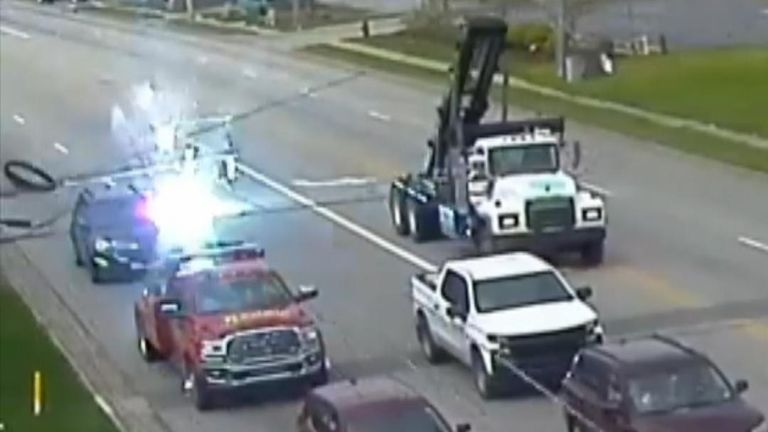 Electricity pylon misses car in Ohio
