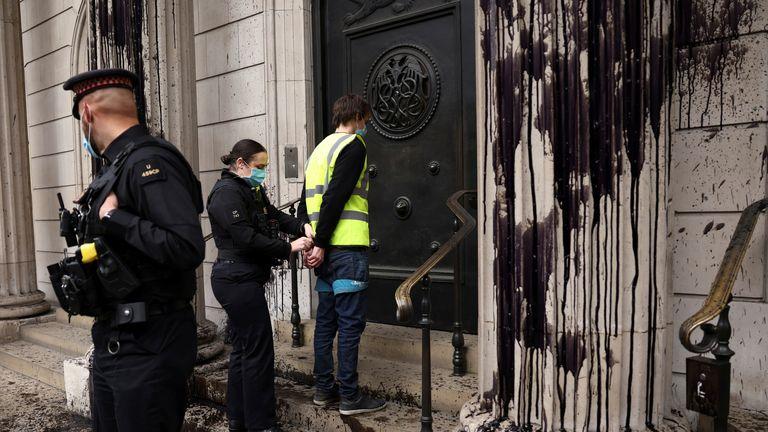 پلیس شهر لندن گفته است که پنج نفری که در خارج از بانک انگلیس دستگیر شده اند همچنان در بازداشت به سر می برند
