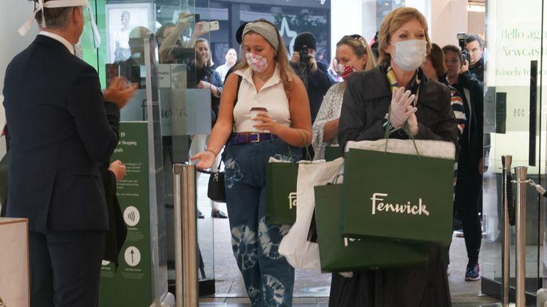 Julie Siow, pelanggan pertama yang melewati pintu, menerima tepuk tangan meriah dari staf di toko Fenwick di Newcastle, ketika toko-toko tidak penting di Inggris membuka pintunya untuk pelanggan untuk pertama kalinya sejak pembatasan penguncian virus corona diberlakukan pada 15 Maret. / 6/2020