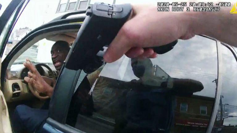 جورج فلوید پس از نزدیک شدن پلیس به ماشین وی در مینیاپولیس به پلیس پاسخ می دهد.  عکس: AP