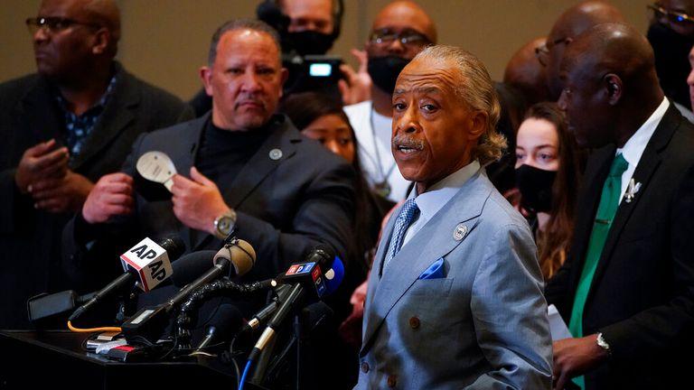 کشیش آل شارپتون ، فعال حقوق مدنی ، در جمع خارج از سالن دادگاه سخنرانی کرد.  عکس: AP