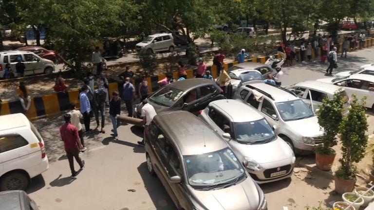 Le auto sono in fila per trasportare persone che hanno bisogno di ossigeno