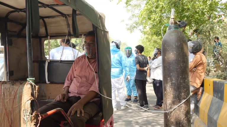 Decine di auto ammucchiate davanti a un tempio sikh