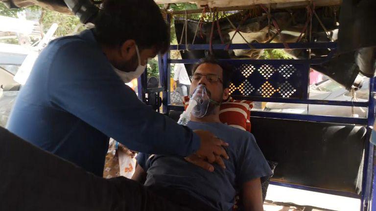 Il fratello di Abu Sadat, Faraz, si pompa il petto