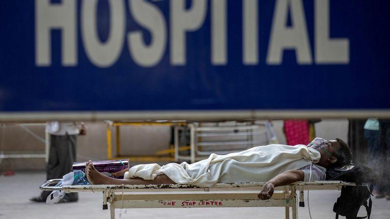 مريض يعاني من فيروس كورونا ينتظر دخوله المستشفى في دلهي