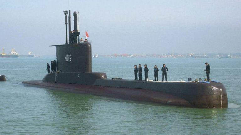 كانت السفينة البالغة من العمر 43 عامًا تجري تدريبات بطوربيد يوم الأربعاء لكنها فشلت في نقل النتائج كما كان متوقعًا.  الموافقة المسبقة عن علم: البحرية الإندونيسية