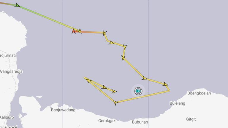 Sebuah kapal perang angkatan laut yang berpatroli mengelilingi daerah tersebut, mencatat statusnya saat ini (dengan warna biru) pada pukul 9.04 malam waktu setempat.  Gambar: MarineTraffic.com