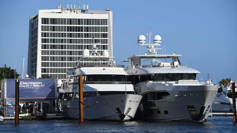 FORT LAUDERDALE FL - 29 OKTOBER: Kapal pesiar terlihat berlabuh selama Pertunjukan Kapal Internasional Fort Lauderdale di Marina Fort Lauderdale pada tanggal 29 Oktober 2020 Pic: AP