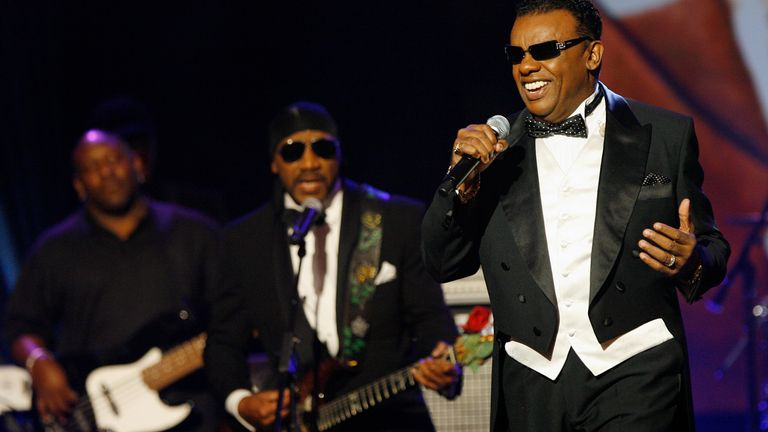 """Ronald Isley (R) performs """"Try Me"""" with the Isley Brothers during a special tribute to James Brown at the 21st Annual Soul Train Music Awards in Pasadena, California, March 10, 2007. REUTERS/Mario Anzuoni (UNITED STATES)"""