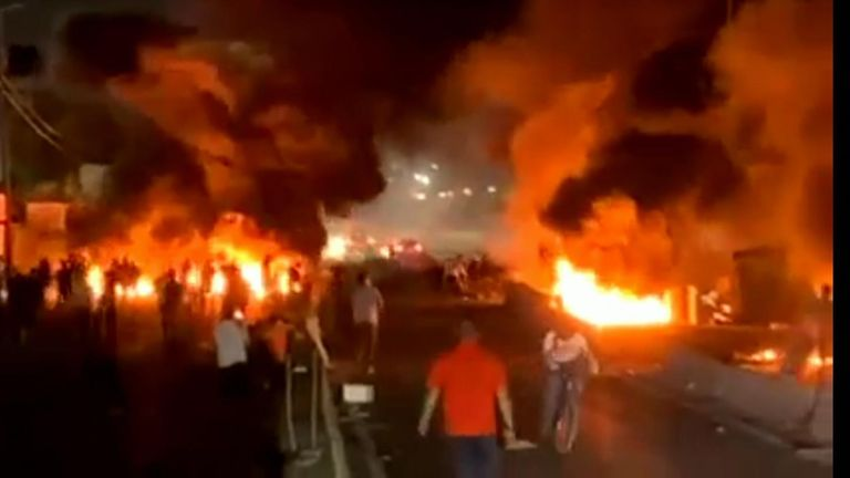 القدس: الشرطة تستخدم خراطيم المياه وتتصارع مع المتظاهرين في الليلة الثانية من الاشتباكات | اخبار العالم