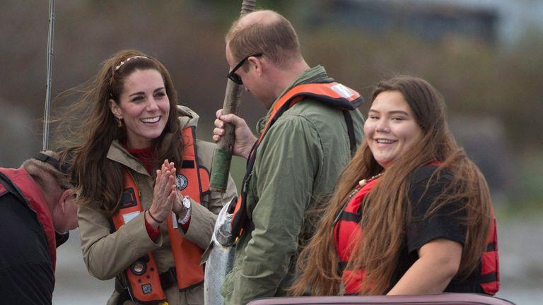 Duke of Cambridge memamerkan salmon yang dia tangkap bersama istrinya Duchess of Cambridge di atas kapal di lepas pantai Haida Gwaii, dekat Skidegate, BC, Jumat, 30 September 2016. (Jonathan Hayward / The Canadian Press via AP )