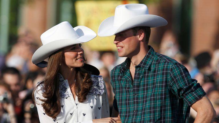Pangeran William dari Inggris dan istrinya Catherine, Duchess of Cambridge mengenakan pakaian barat dan topi koboi di Calgary Pangeran William dari Inggris dan istrinya Catherine, Duchess of Cambridge, menyaksikan beberapa naik banteng sambil mengenakan pakaian barat dan topi koboi di Calgary, Alberta 7 Juli 2011. Pangeran dan istrinya sedang dalam tur kerajaan Kanada dari 30 Juni hingga 8 Juli. REUTERS / Phil Noble (KANADA - Tag: ROYALS POLITICS ENTERTAINMENT)