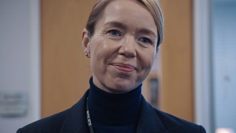 آنا ماکسول مارتین در نقش پاتریشیا کارمایکل در نقش وظیفه.  عکس: BBC / World Productions