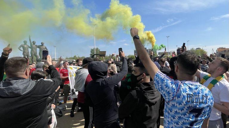 هواداران شراره های سبز و زرد را رها می کنند - این یک تماس پیشگویی برای منچستر یونایتد ، نیوتن هیث است