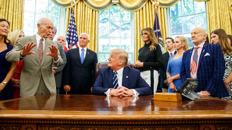 مايكل كولينز (يسار) يتحدث إلى الرئيس ترامب في يوليو 2019. الموافقة المسبقة عن علم: AP